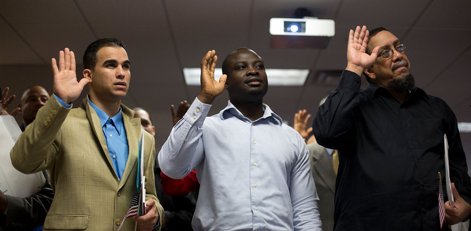 PHOTO: Newly naturalized American citizens take the Oath of Allegiance during a Naturalization Ceremony at the Jacob K. Javits Federal Building in New York, U.S., on Friday, April 19, 2013.