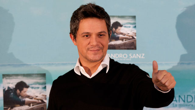 PHOTO:Spains Alejandro Sanz gives a thumbs up at a news conference in Mexico City on Sept. 17, 2012.