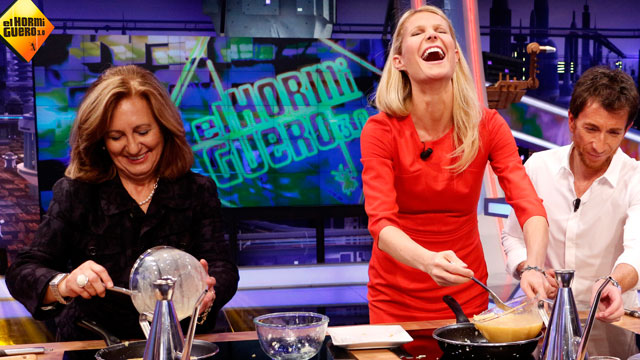 """PHOTO:Gynweth Paltrow cooking on a Spanish cooking show called """"El Hormiguero 3.0"""""""