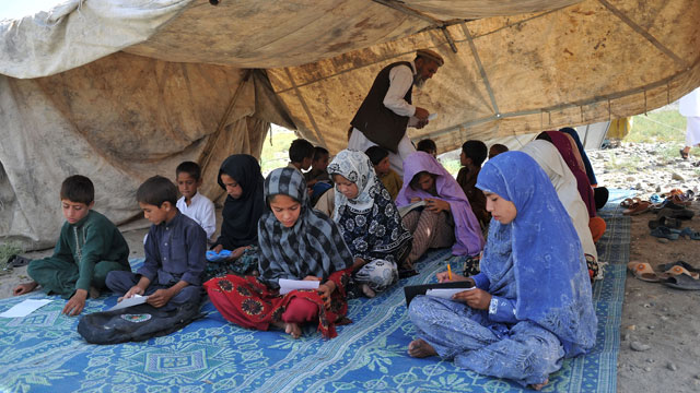 PHOTO: Afghan schoolchildren study in an open-air classroom on the outskirts of Mihtarlam in Laghman province on May 25, 2013.