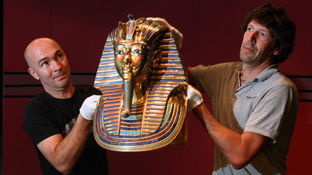 PHOTO: Workers lift a replica of King Tut's famous mask