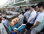 PHOTO:Fans crowd the entrance to the San Diego Convention Center on the first day of Comic-Con International 2013 in San Diego, California July 18, 2013.