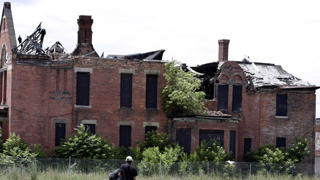 PHOTO: Houses along Detroit streets have become derelict abandoned buildings by June 15, 2005.