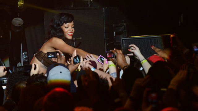 PHOTO: Rihanna reaches out to her fans.