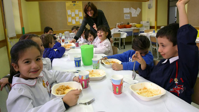 PHOTO: Young Italian kids take their lunch break at an Elementary School in Rome, 04 December 2007.