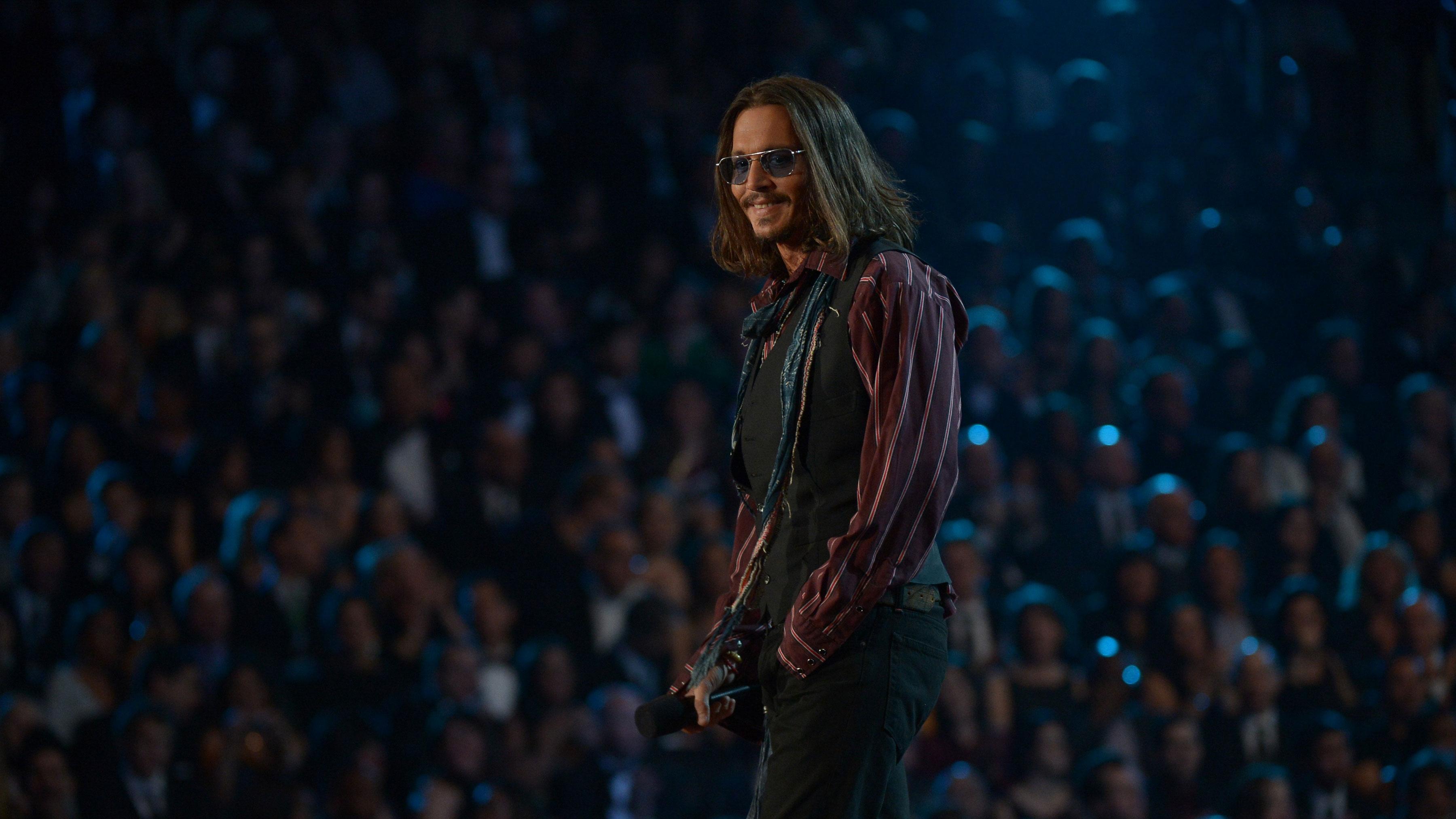 PHOTO:Johnny Depp chose a very Johnny Deppesque ensemble for the evening.