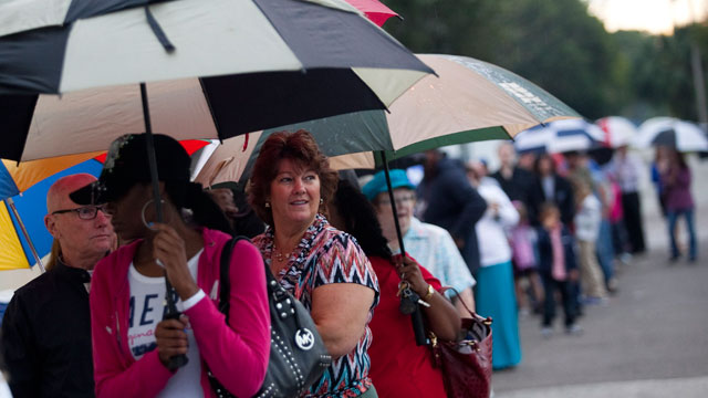 PHOTO:Lines of voters wait in the rain to cast their ballots as the polls open November 6, 2012 in St. Petersburg, Florida.
