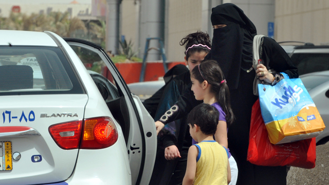 PHOTO: Saudi Women get into car.