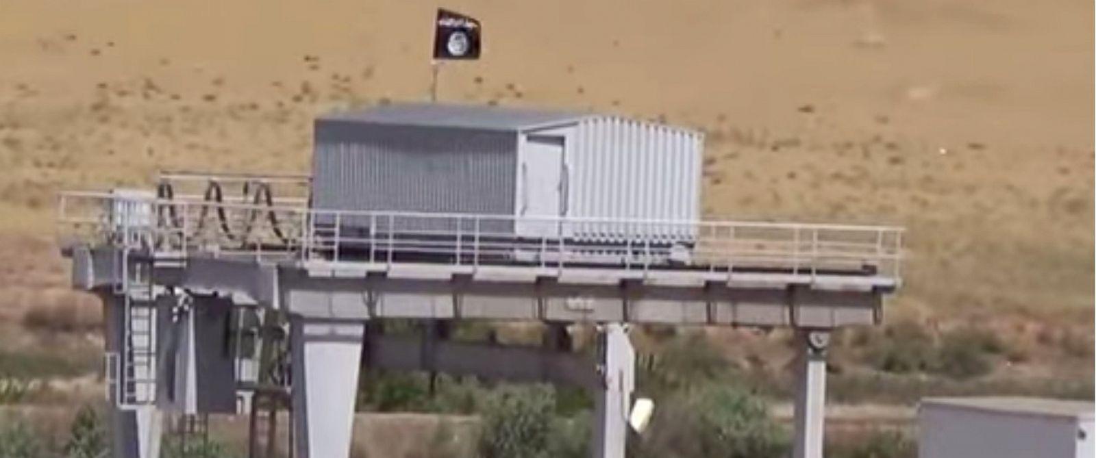 PHOTO: Islamic State Flag at Mosul Dam