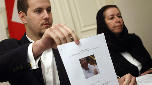 PHOTO: Daniel Levinson, left, shows a picture of his father, ex-FBI agent Robert Levinson, holding his grandson Ryan during a press conference with his mother.
