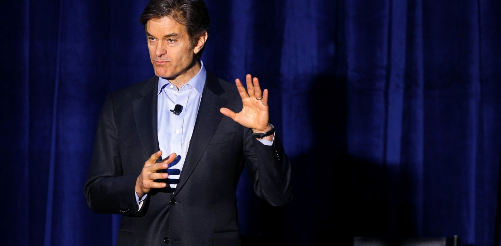 PHOTO: Dr. Mehmet Oz speaks during a safety clinic hosted by the NFL and the Chicago Bears for mothers of youth football players, in Lake Forest, Ill., Oct. 29, 2013.