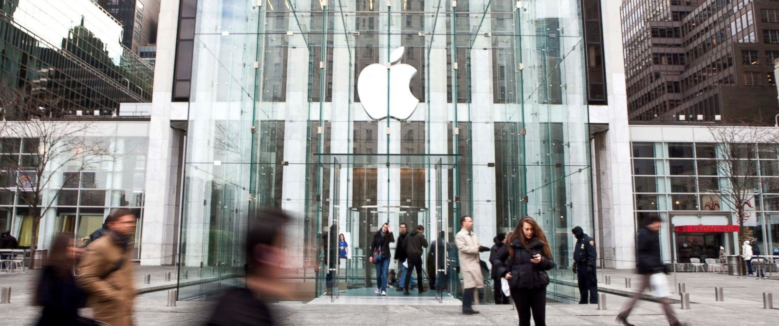 PHOTO: Pedestrians walk past the Apple Inc. Store on Fifth Avenue in New York, Jan. 11, 2011.