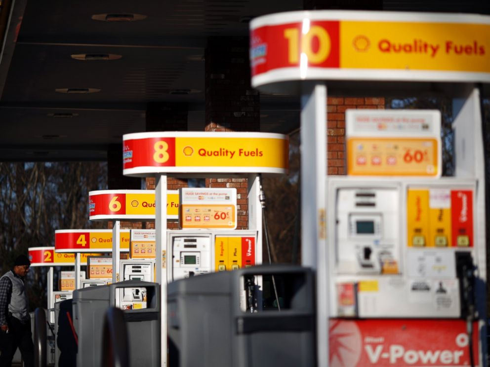 PHOTO: A Shell gas station is pictured in Portland, Tenn. on Jan. 16, 2015.