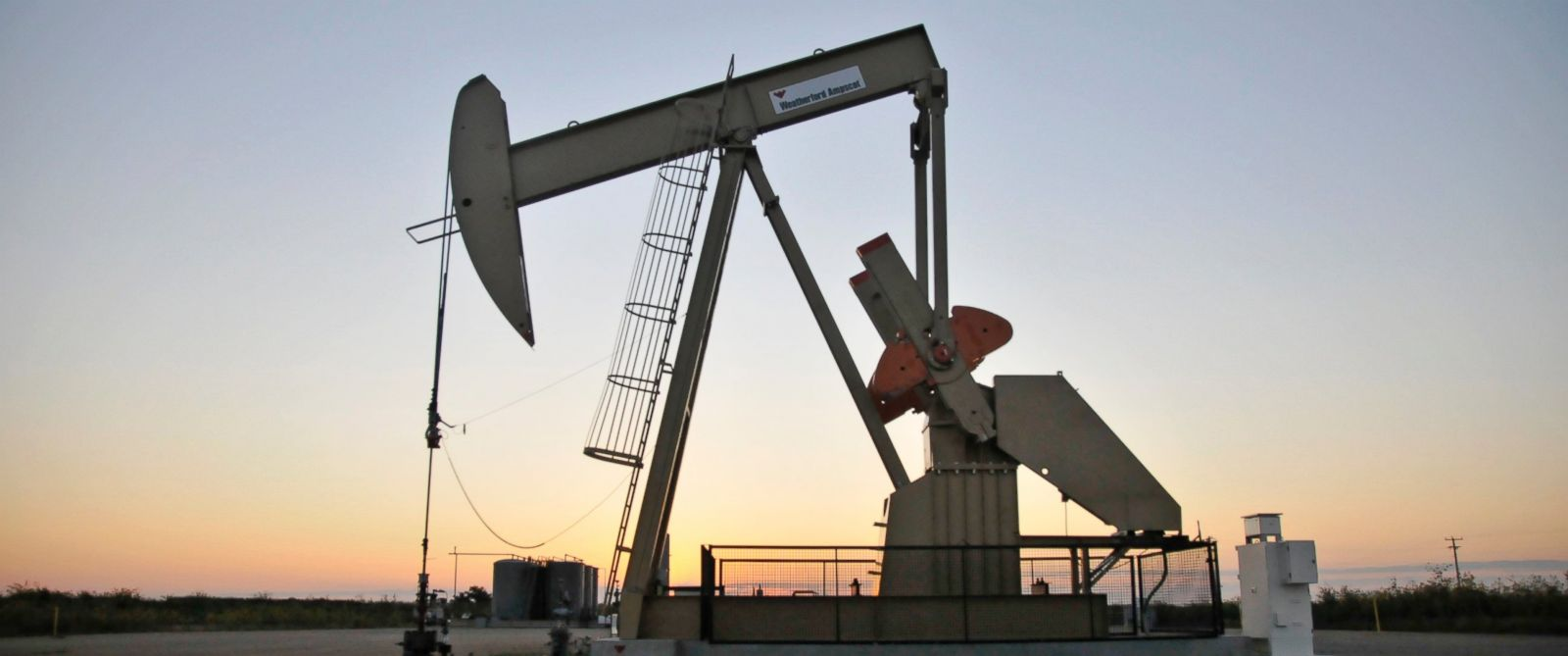 PHOTO: A pump jack operates at a well site leased by Devon Energy Production Company near Guthrie, Okla., Sept. 15, 2015.