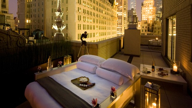 VIDEO: New York City hotels offer guests the opportunity to sleep under the stars in the Big Apple.