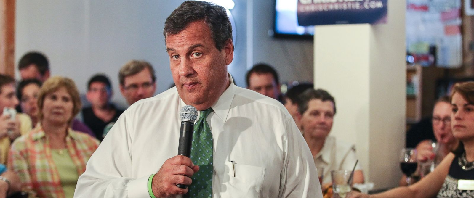 PHOTO: Republican presidential candidate, New Jersey Gov. Chris Christie, speaks at a town hall meeting at Saydes Neighborhood Bar & Grill in Salem, N.H., on Aug. 24, 2015.