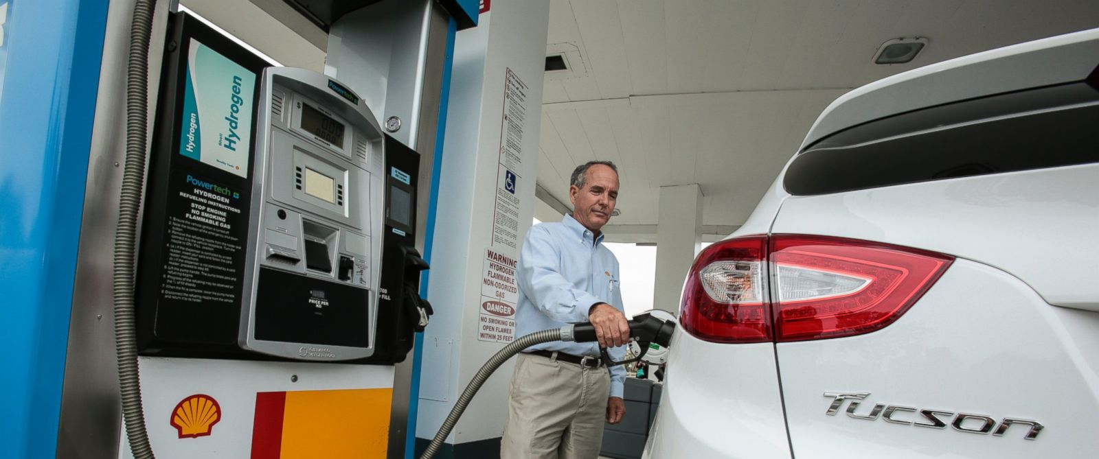 PHOTO: The Hyundai Tucson Fuel Cell Electric Vehicle gets topped off with hydrogen at a Shell Station on June 10, 2014, in Newport Beach, Calif.
