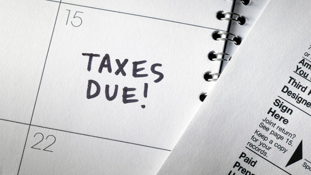PHOTO: Taxpayers must file their tax returns by the April 15 deadline.