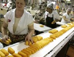 PHOTO: Workers prepare Hostess Twinkies for packaging at the Interstate Bakeries Corporation facility in Schiller Park, Ill.