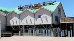 ' ' from the web at 'http://a.abcnews.go.com/images/Business/gty_joes_crab_lb_151111_16x9t_240.jpg'