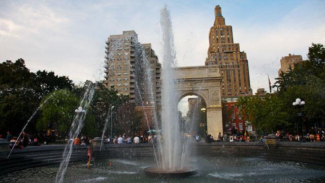 PHOTO: Fountain and Washington Square Arch, Washington Square Park, New York, NY.