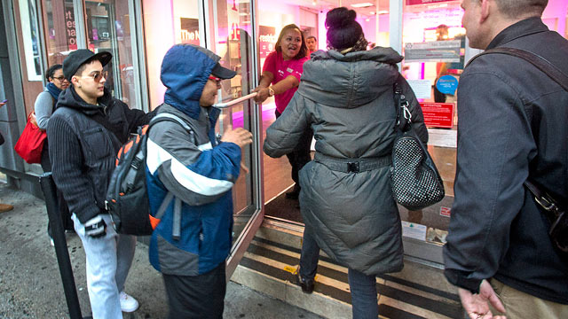 PHOTO: Customers line up to purchase the Apple Inc. iPhone 5 from a T-Mobile USA Inc. retail location in New York, April 12, 2013.