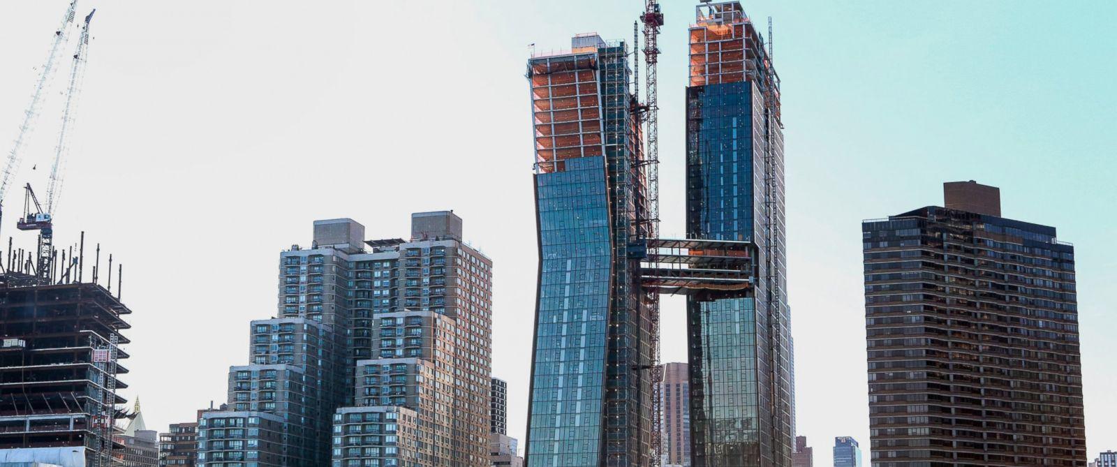 Acercamiento del skybridge en construcción que une las dos torres (Fuente: abcnews.go.com)