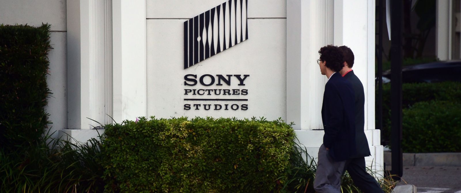 PHOTO: Pedestrians walk past an exterior wall to Sony Pictures Studios in Los Angeles, Calif. on Dec. 4, 2014.