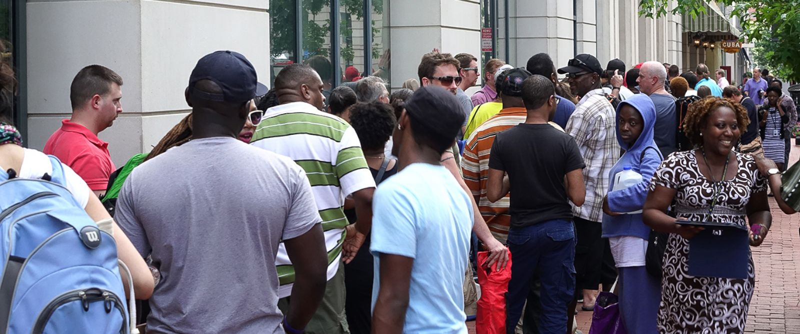 PHOTO: Lines of people wait outside the U.S. Mint headquarters in downtown Washington, D.C. on Aug. 5, 2014 for the 50th anniversary JFK gold coin release.