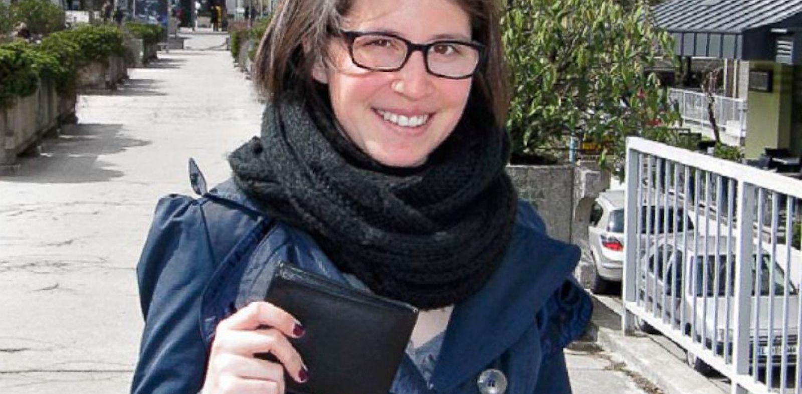 PHOTO: Manca Smolej holding dropped wallet