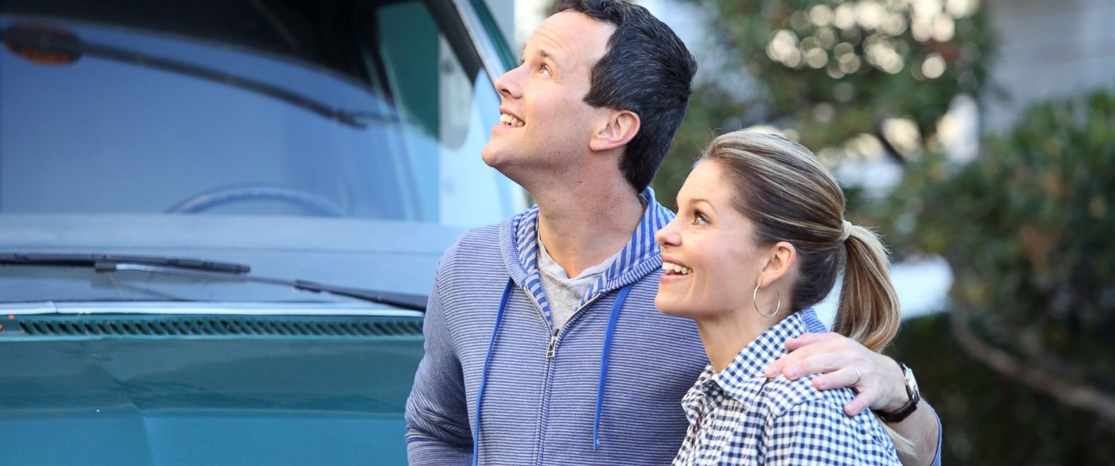 "PHOTO: Scott Weinger and Candace Cameron Bure appear on the TV show ""The Neighbors."""