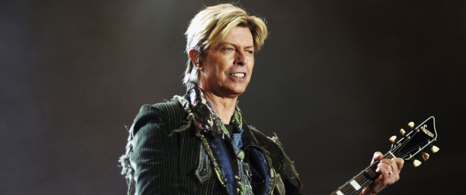 PHOTO: David Bowie performs on stage at the The Nokia Isle of Wight Festival, June 13, 2004 in Newport, U.K.
