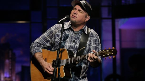 """PHOTO: Garth Brooks performs for """"The Tonight Show with Jay Leno"""" on Nov. 27, 2013 in Burbank, Calif."""