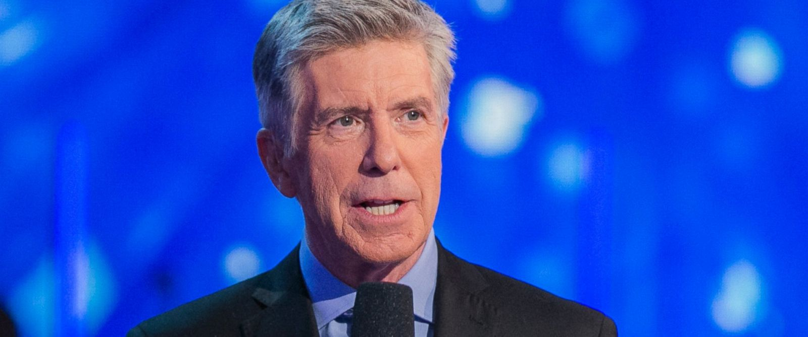 """PHOTO: Tom Bergeron, hosts """"Dancing with the Stars"""" episode 2109 on Nov. 9, 2015."""