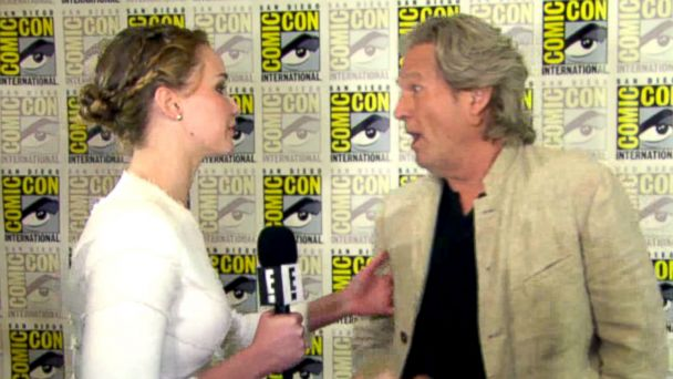 PHOTO: Jennifer Lawrence interviews jeff Bridges at Comic-Con, 2013.