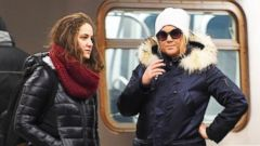 Amy Schumer Takes the Subway With Her Sister