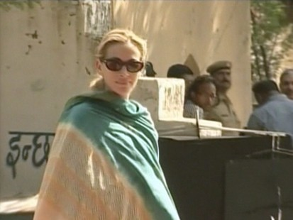 VIDEO: Julia Roberts on the set in India filming Eat, Pray, Love.