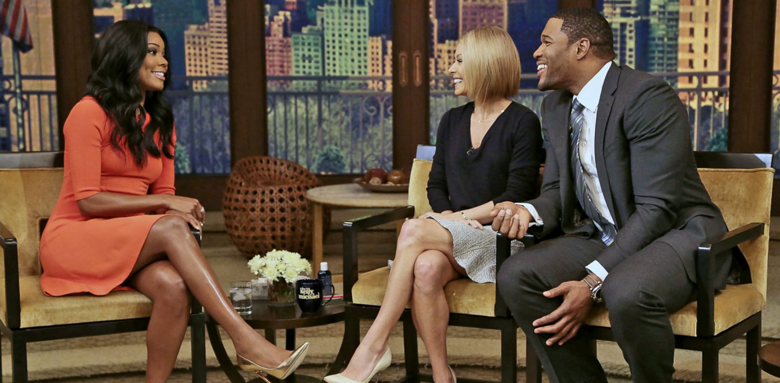 """PHOTO: Kelly Ripa and Michael Strahan talk to Gabrielle Union during """"Live! with Kelly and Michael"""" in New York, Jan. 7, 2014."""