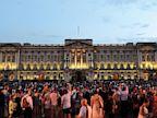 PHOTO: Celebrating the birth of royal baby outside Buckingham Palace