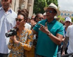 PHOTO: In this April 4, 2013 photo, Beyonce and her husband Jay-Z are surrounded by bodyguards as they tour Old Havana, Cuba.