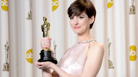 gty anne hathaway jef 130226 wblog Anne Hathaways Hairstylist Charges $600 Per Cut: What Do You Think?