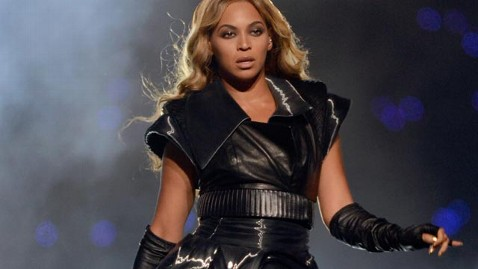 gty beyonce performance jef 130204 wblog Beyonces Entourage Reacts to Her Super Bowl Win