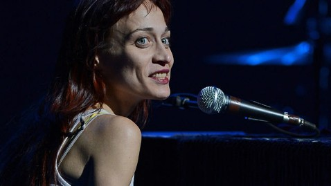 gty fiona apple kb 121121 wblog Fiona Apple Postpones Tour to Be With Her Dying Dog