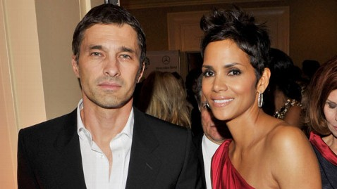 gty halle berry oliver martinez thg 120111 wblog Halle Berry Engaged to Olivier Martinez: Reports