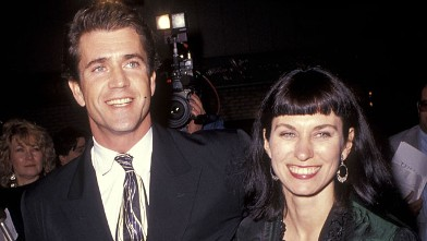 """PHOTO: Actor Mel Gibson and wife Robyn Moore attend the """"Hamlet"""" Westwood Premiere, Dec. 18, 1990 at Mann Village Theatre in Westwood, California."""