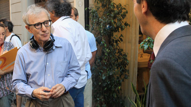 PHOTO: Woody Allen films at Via Della Vite, Aug. 17, 2011 in Rome, Italy.righ