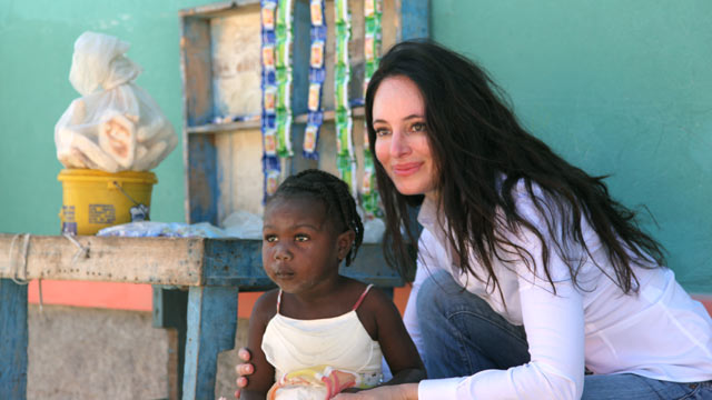 PHOTO: Actress Madeleine Stowe works to help build a new school for children in Haiti.