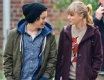 PHOTO: Pop singers Taylor Swift and Harry Styles show off their new relationship with a date to the Central Park Zoo in New York City, Dec. 2, 2012.