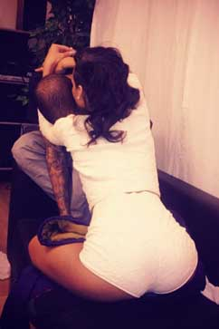 rihann tweet chris brown embrace twitter thg 121130 vblog Rihanna Embraces Chris Brown, Fuels Relationship Rumors