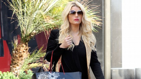 spl jessica simpson tk 121226 wblog Jessica Simpson Will Not Continue Weight Watchers Program While Pregnant